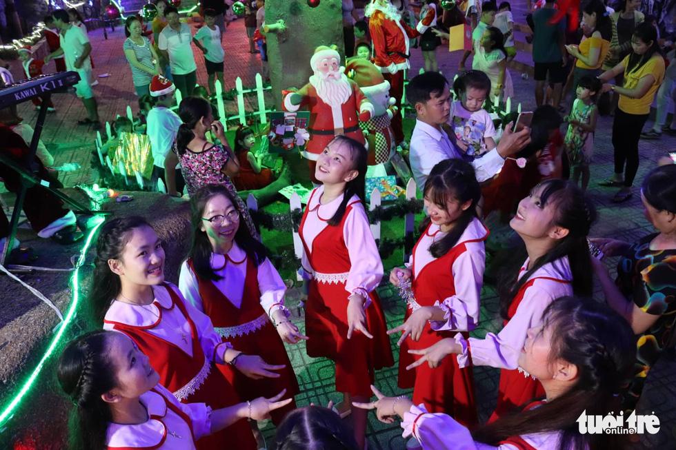 Xóm đạo Sài Gòn lung linh trong Giáng sinh - Ảnh 2.