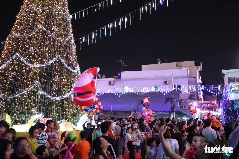 Xóm đạo Sài Gòn lung linh trong Giáng sinh - Ảnh 8.