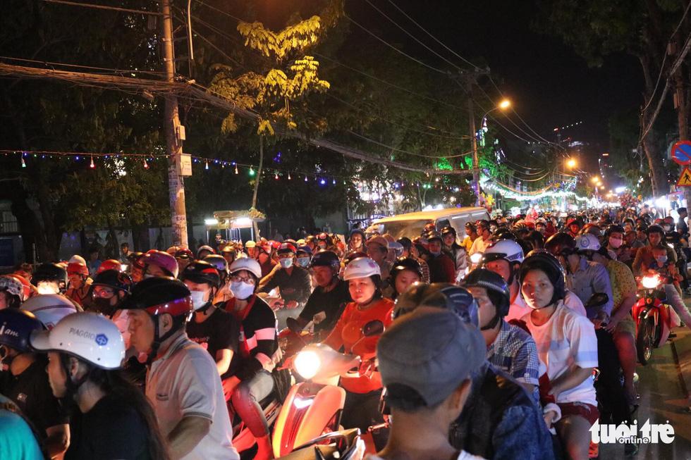 Xóm đạo Sài Gòn lung linh trong Giáng sinh - Ảnh 12.