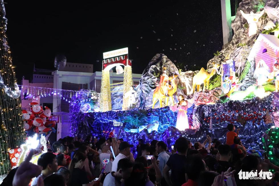 Xóm đạo Sài Gòn lung linh trong Giáng sinh - Ảnh 10.