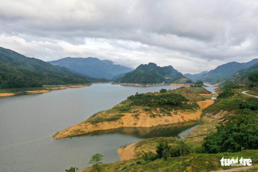 Hoàng hôn vàng trên hồ thủy điện A Vương - Ảnh 5.
