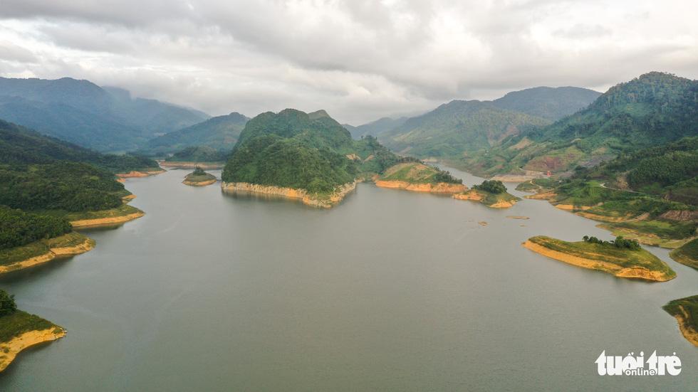 Hoàng hôn vàng trên hồ thủy điện A Vương - Ảnh 6.