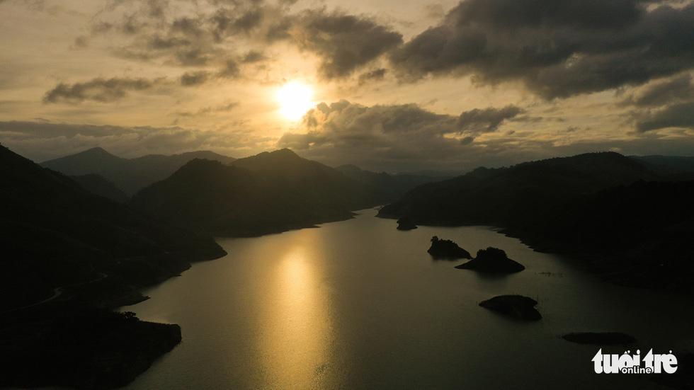 Hoàng hôn vàng trên hồ thủy điện A Vương - Ảnh 1.
