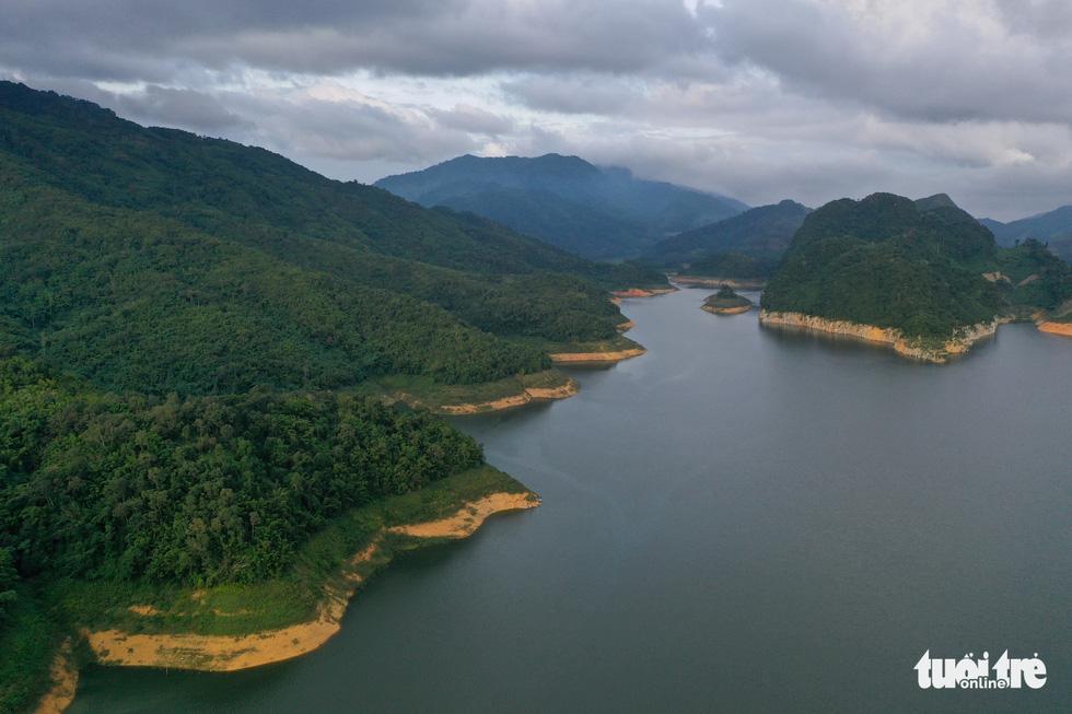 Hoàng hôn vàng trên hồ thủy điện A Vương - Ảnh 7.