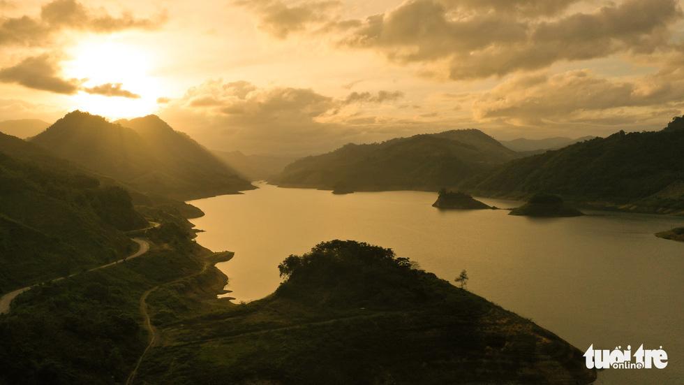 Hoàng hôn vàng trên hồ thủy điện A Vương - Ảnh 8.