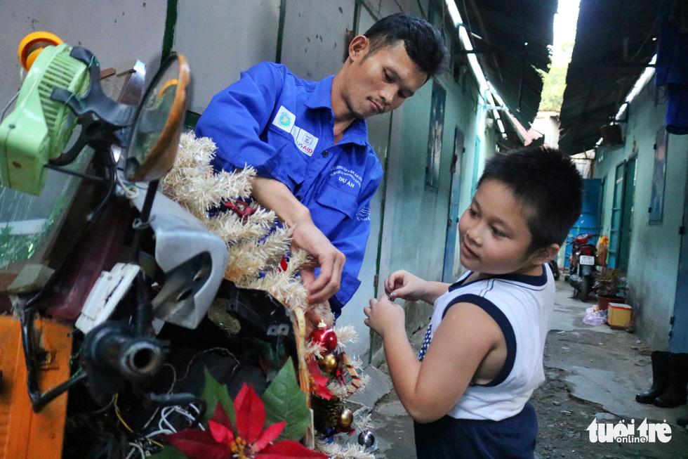 Độc đáo xe rác tuần lộc đón Giáng sinh giữa Sài Gòn - Ảnh 2.