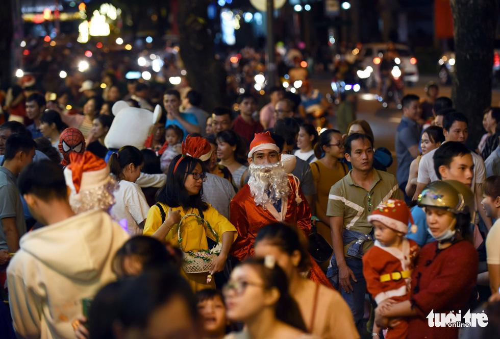 Noel sắc màu, càng khuya dòng người đổ về trung tâm TP.HCM càng đông vui - Ảnh 3.