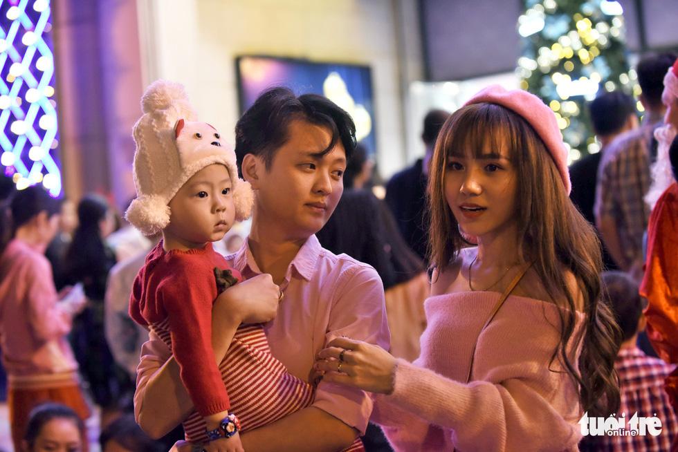 Noel sắc màu, càng khuya dòng người đổ về trung tâm TP.HCM càng đông vui - Ảnh 4.