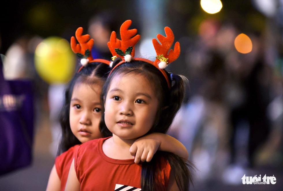 Noel sắc màu, càng khuya dòng người đổ về trung tâm TP.HCM càng đông vui - Ảnh 6.