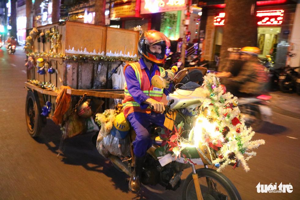 Độc đáo xe rác tuần lộc đón Giáng sinh giữa Sài Gòn - Ảnh 4.
