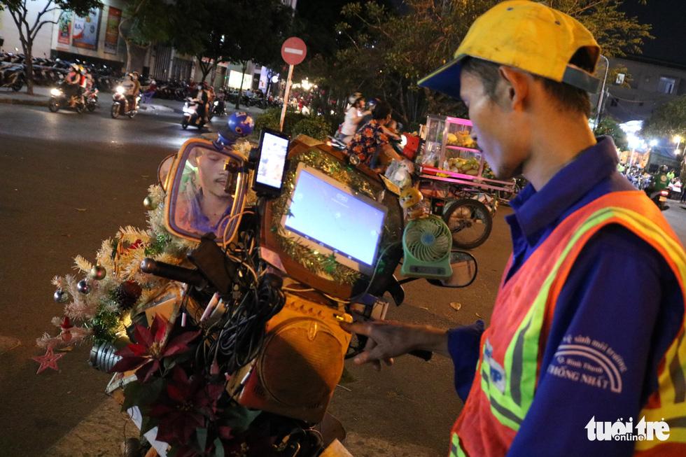 Độc đáo xe rác tuần lộc đón Giáng sinh giữa Sài Gòn - Ảnh 5.