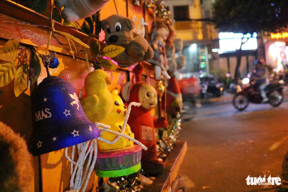 Độc đáo xe rác tuần lộc đón Giáng sinh giữa Sài Gòn - Ảnh 6.
