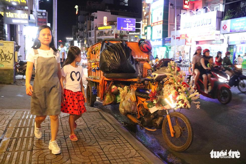 Độc đáo xe rác tuần lộc đón Giáng sinh giữa Sài Gòn - Ảnh 7.