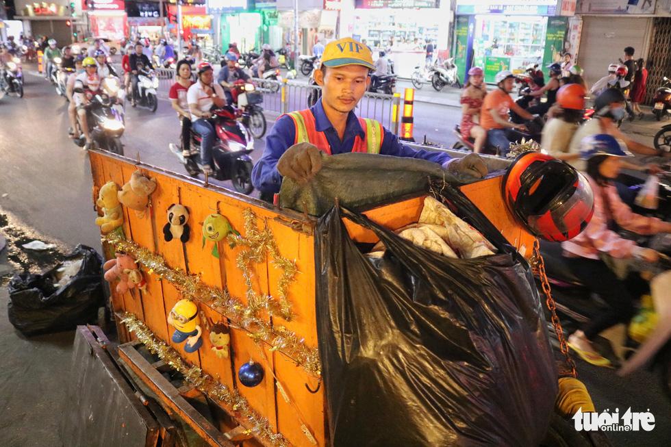 Độc đáo xe rác tuần lộc đón Giáng sinh giữa Sài Gòn - Ảnh 8.