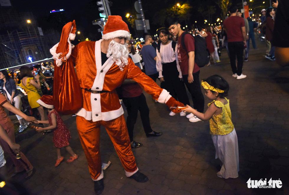 Noel sắc màu, càng khuya dòng người đổ về trung tâm TP.HCM càng đông vui - Ảnh 12.