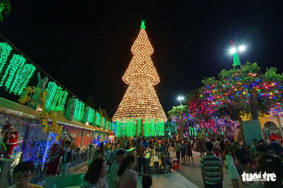 Cây thông khổng lồ làm từ 2.100 nón lá, cao gần 30m ở Biên Hòa - Ảnh 1.