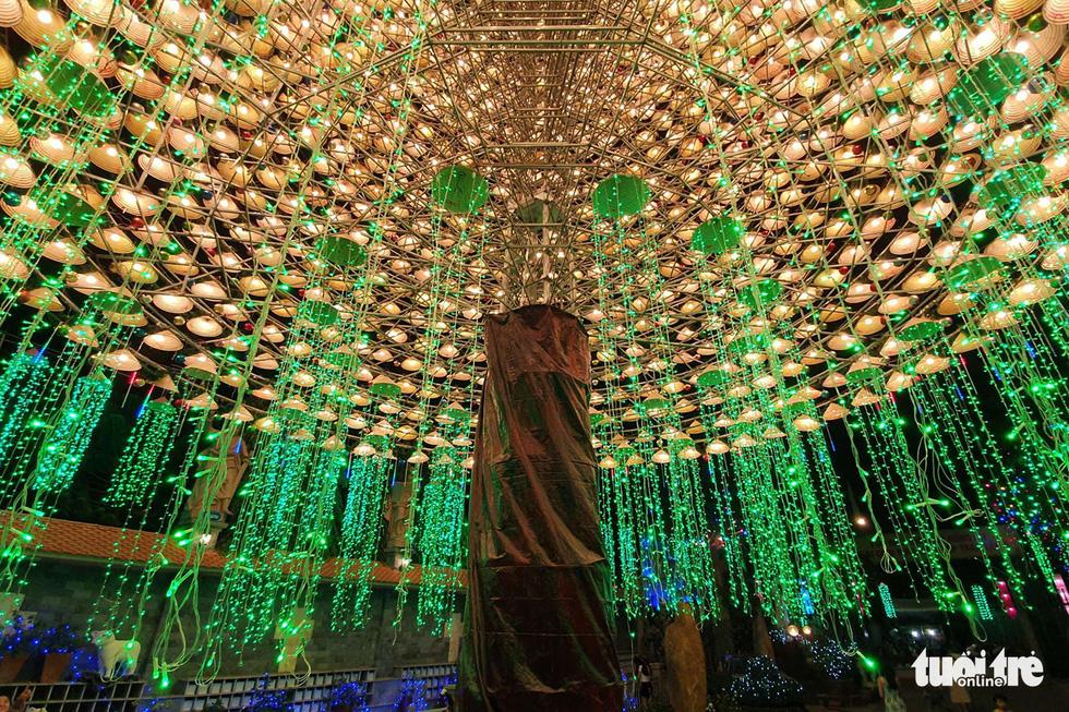 Cây thông khổng lồ làm từ 2.100 nón lá, cao gần 30m ở Biên Hòa - Ảnh 2.