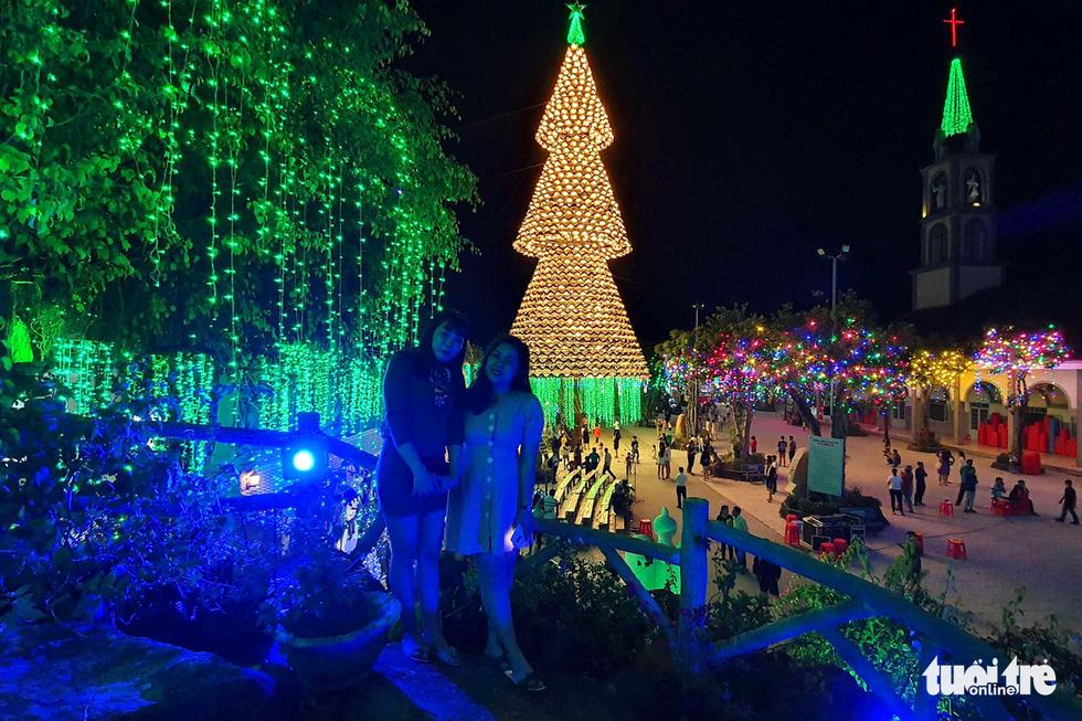 Cây thông khổng lồ làm từ 2.100 nón lá, cao gần 30m ở Biên Hòa - Ảnh 4.