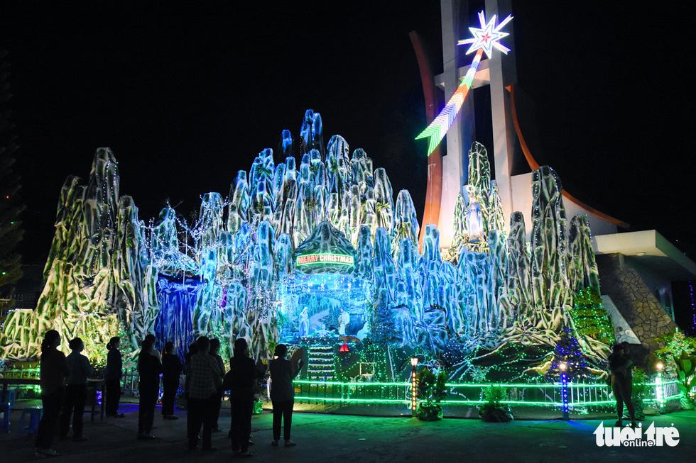 Cây thông khổng lồ làm từ 2.100 nón lá, cao gần 30m ở Biên Hòa - Ảnh 7.