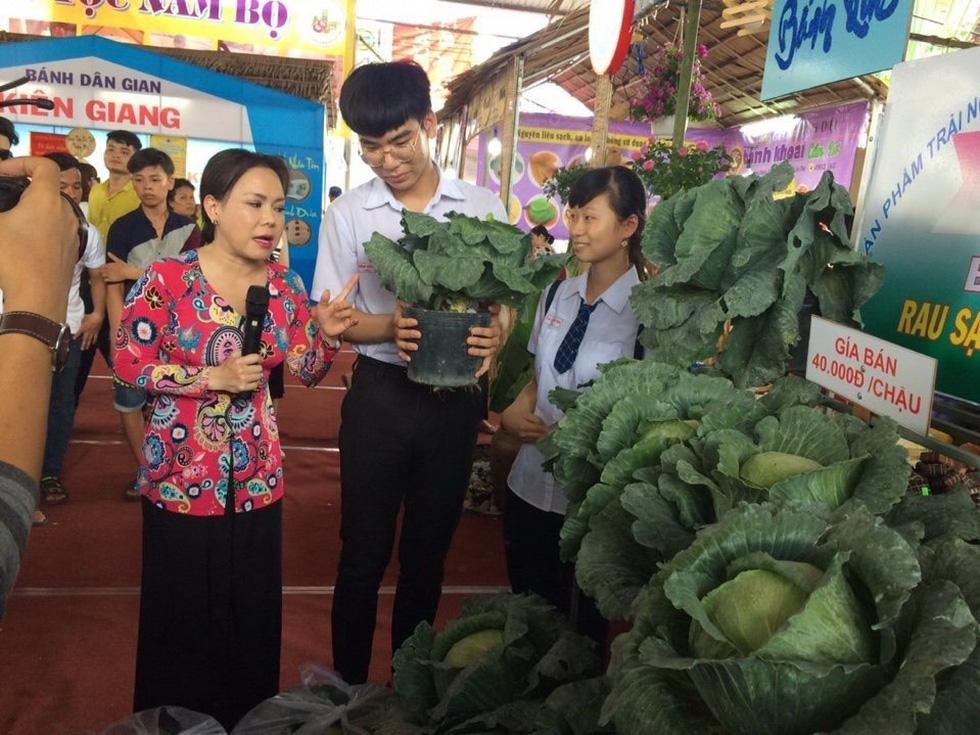 Độc đáo ngôi trường thầy trò trồng đầy bắp cải, rau, hoa - Ảnh 9.