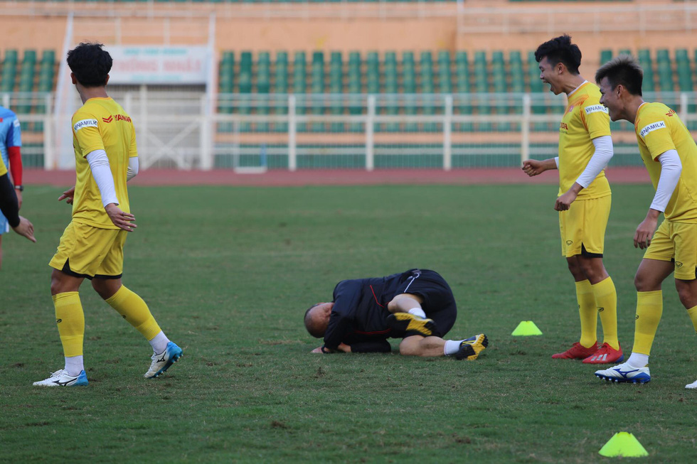 Thầy Park té lăn cù vì chơi bóng ma với học trò - Ảnh 7.