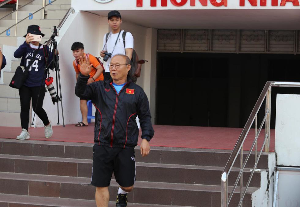 Thầy Park té lăn cù vì chơi bóng ma với học trò - Ảnh 1.