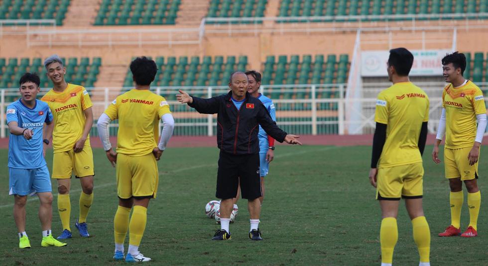 Thầy Park té lăn cù vì chơi bóng ma với học trò - Ảnh 3.
