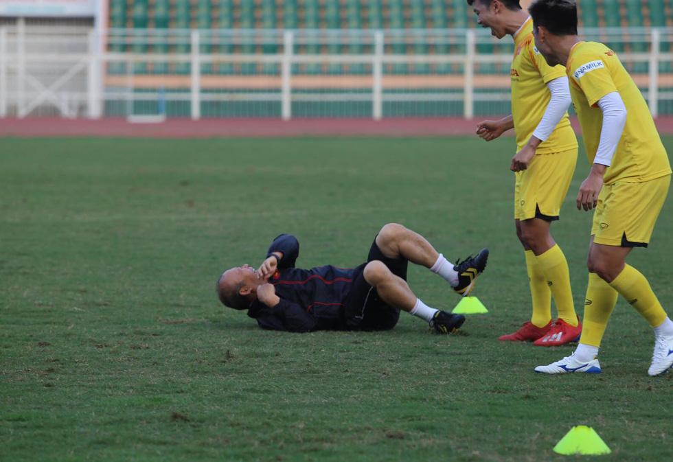 Thầy Park té lăn cù vì chơi bóng ma với học trò - Ảnh 6.