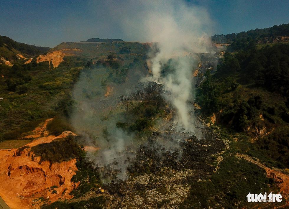 Núi rác Cam Ly cháy, khói độc tràn vào Đà Lạt - Ảnh 2.