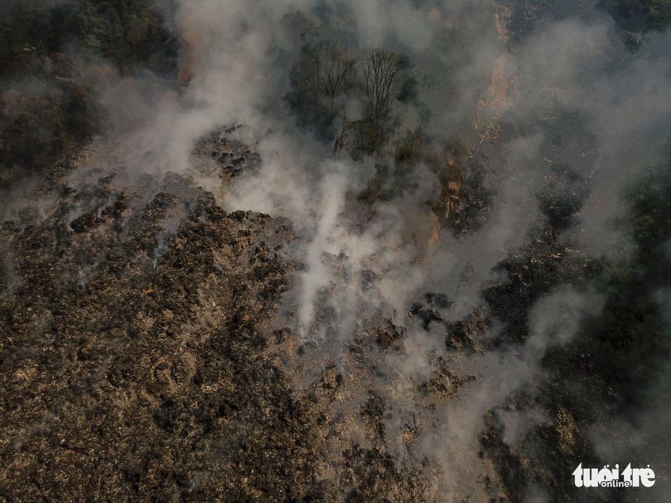 Núi rác Cam Ly cháy, khói độc tràn vào Đà Lạt - Ảnh 1.