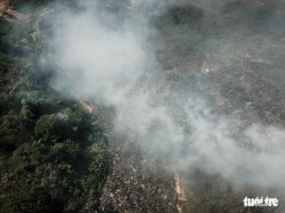 Núi rác Cam Ly cháy, khói độc tràn vào Đà Lạt - Ảnh 3.