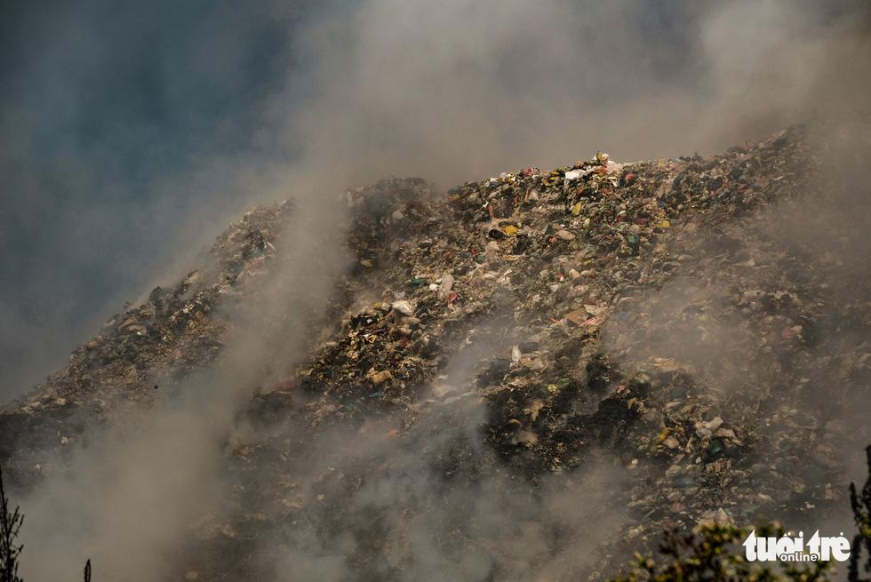 Núi rác Cam Ly cháy, khói độc tràn vào Đà Lạt - Ảnh 5.