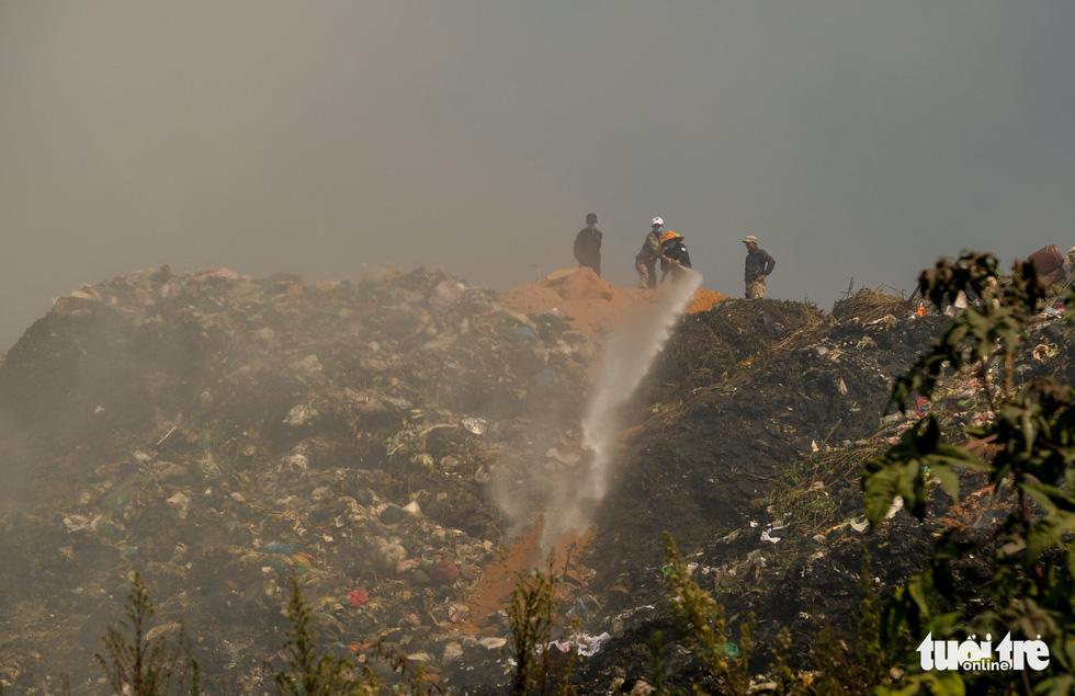 Núi rác Cam Ly cháy, khói độc tràn vào Đà Lạt - Ảnh 4.