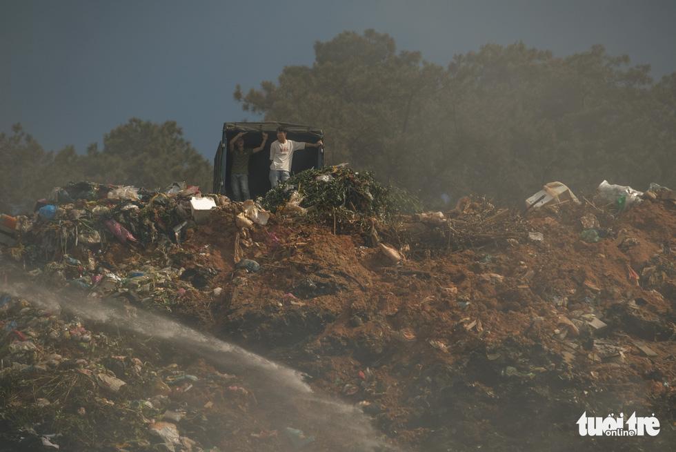 Núi rác Cam Ly cháy, khói độc tràn vào Đà Lạt - Ảnh 6.