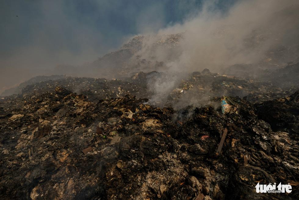 Núi rác Cam Ly cháy, khói độc tràn vào Đà Lạt - Ảnh 8.