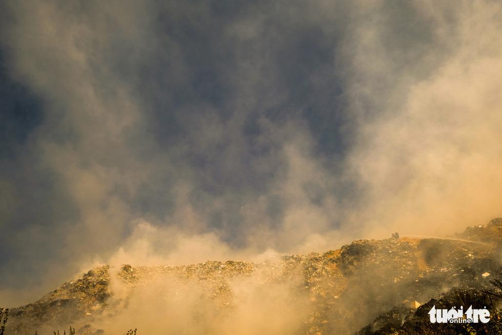 Núi rác Cam Ly cháy, khói độc tràn vào Đà Lạt - Ảnh 9.