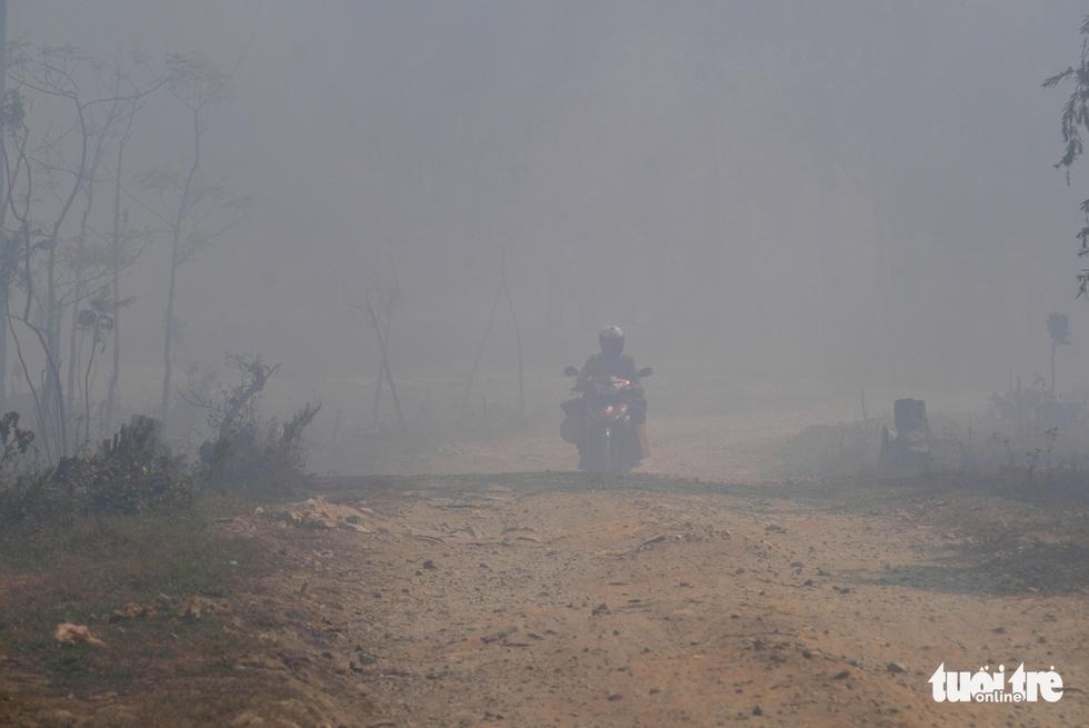 Núi rác Cam Ly cháy, khói độc tràn vào Đà Lạt - Ảnh 10.