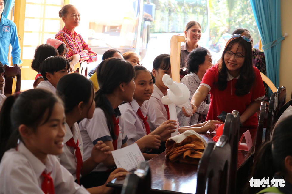 Cây mùa xuân 2019 vui tết  với học sinh ở Tây Ninh - Ảnh 4.