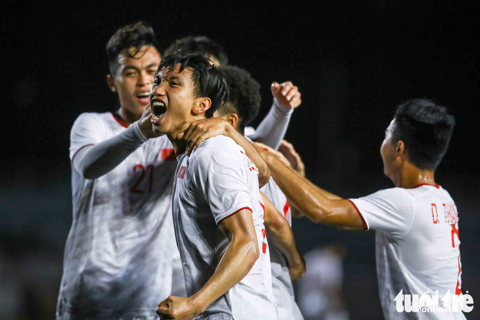 Cầu thủ Singapore đấm liên tiếp xuống sân sau khi Đức Chinh ghi bàn - Ảnh 2.