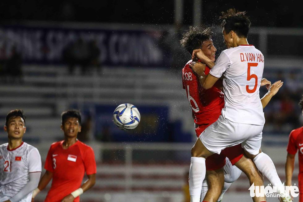 Cầu thủ Singapore đấm liên tiếp xuống sân sau khi Đức Chinh ghi bàn - Ảnh 8.