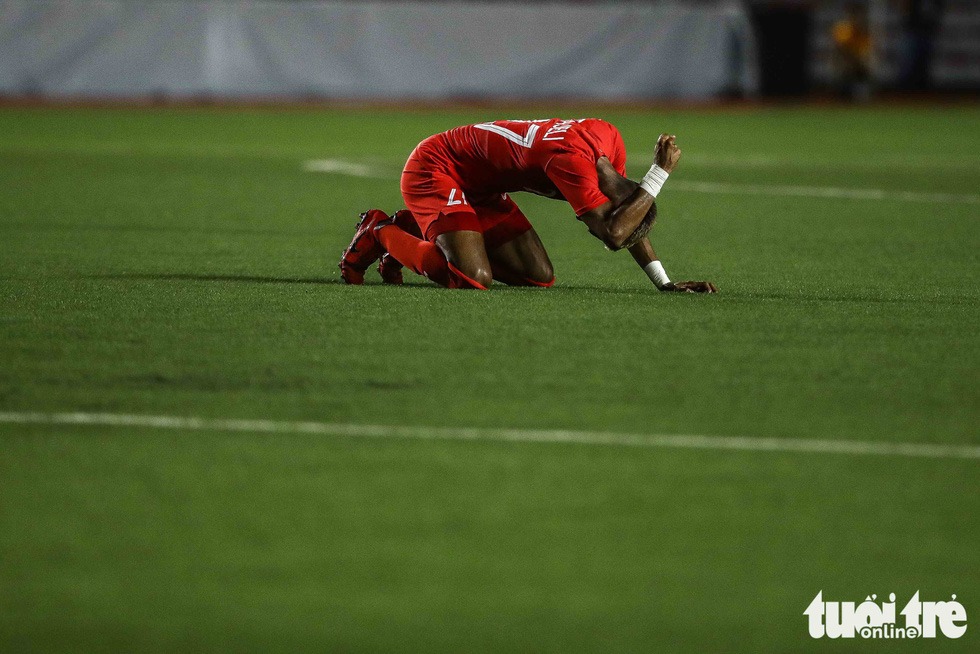 Cầu thủ Singapore đấm liên tiếp xuống sân sau khi Đức Chinh ghi bàn - Ảnh 5.