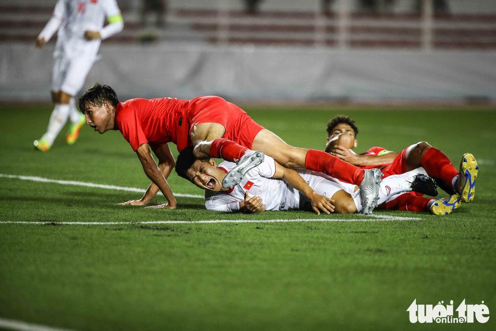 Cầu thủ Singapore đấm liên tiếp xuống sân sau khi Đức Chinh ghi bàn - Ảnh 7.