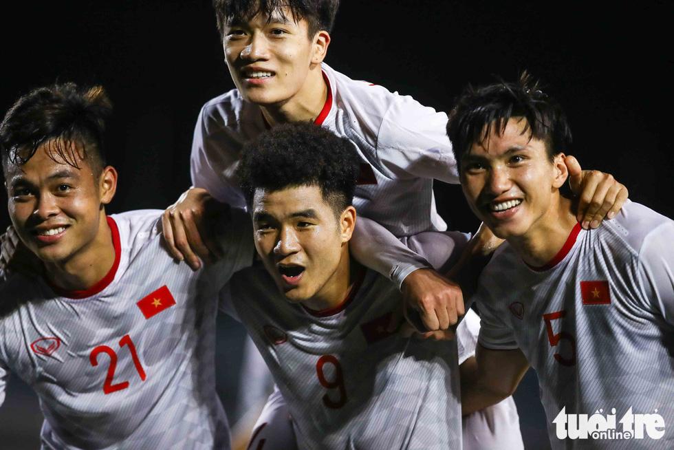 Cầu thủ Singapore đấm liên tiếp xuống sân sau khi Đức Chinh ghi bàn - Ảnh 3.