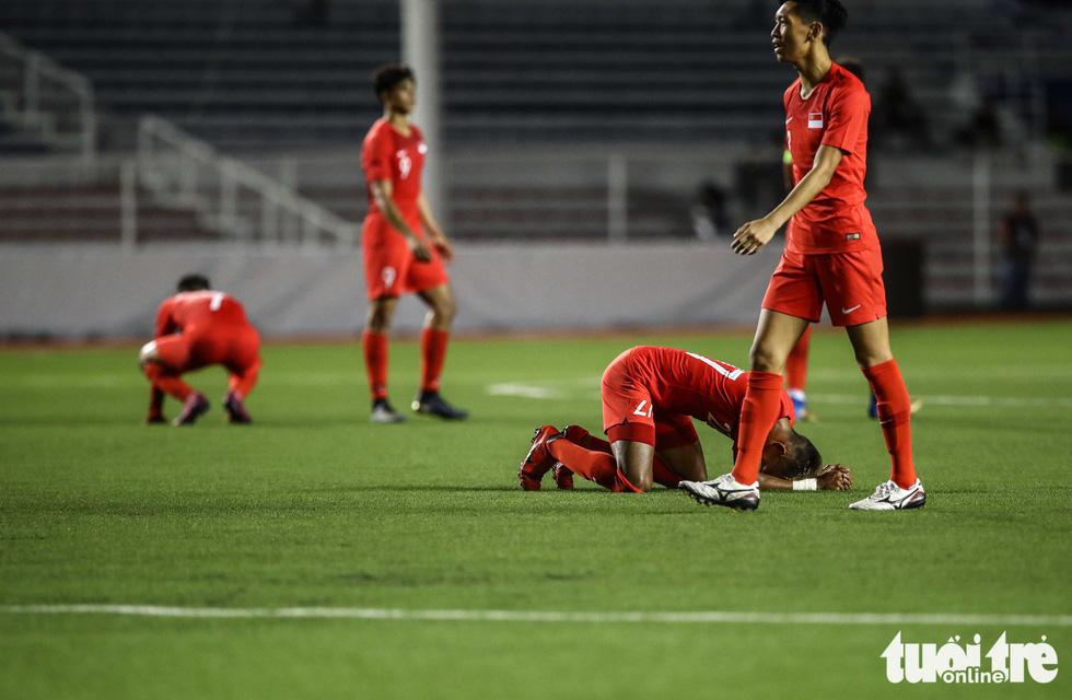 Cầu thủ Singapore đấm liên tiếp xuống sân sau khi Đức Chinh ghi bàn - Ảnh 6.