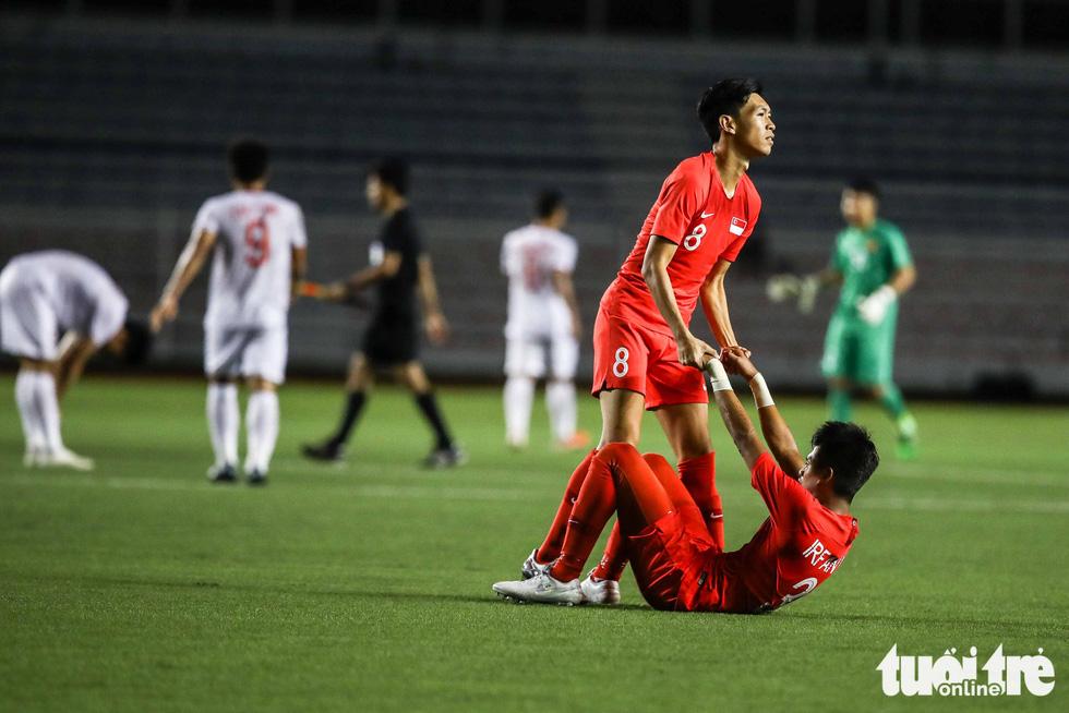 Cầu thủ Singapore đấm liên tiếp xuống sân sau khi Đức Chinh ghi bàn - Ảnh 4.