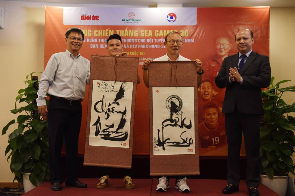 HLV Park Hang Seo trao giải cho bạn đọc báo Tuổi Trẻ - Ảnh 8.