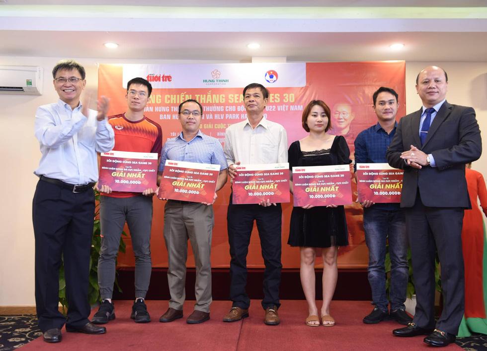 HLV Park Hang Seo trao giải cho bạn đọc báo Tuổi Trẻ - Ảnh 2.