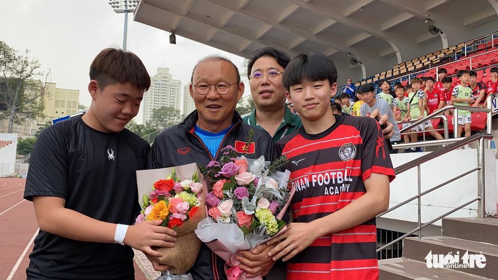 100 cầu thủ nhí Hàn Quốc vây HLV Park Hang Seo trên sân Thống Nhất - Ảnh 1.