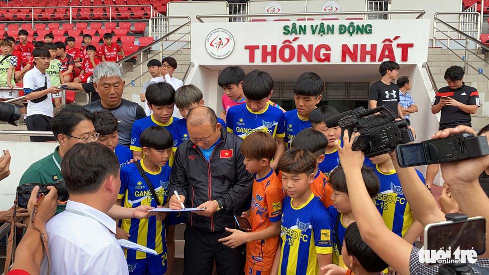 100 cầu thủ nhí Hàn Quốc vây HLV Park Hang Seo trên sân Thống Nhất - Ảnh 3.