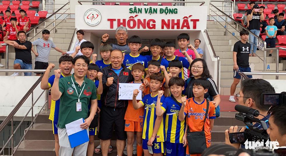 100 cầu thủ nhí Hàn Quốc vây HLV Park Hang Seo trên sân Thống Nhất - Ảnh 4.